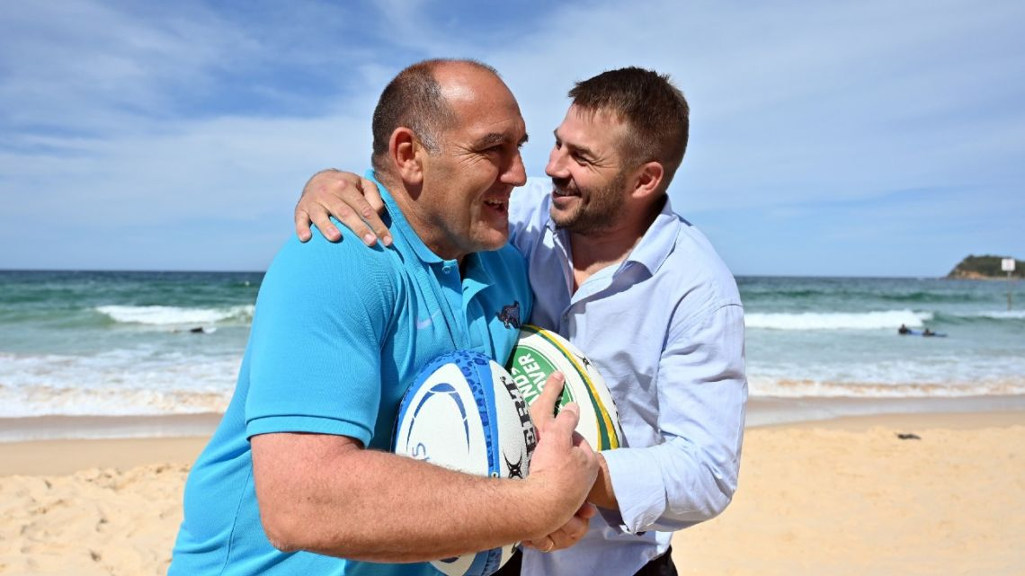 Argentina coach Mario Ledesma (left) and former Australian player Drew Mitchell pose for pictures on Manly Beach in Sydney on October 23, 2020, ahead of tri-nation Rugby Championship 2020.