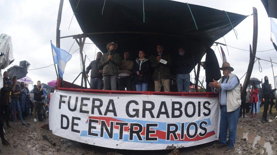 """Banderazo contra Dolores Etchevehere, Juan Grabois y el """"proyecto Artigas"""" en Entre Ríos"""