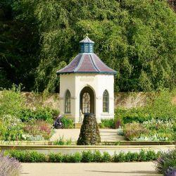 En el castillo de Hillsborough, de vistosos jardines, reside la reina cuando visita Irlanda del Norte. Foto: Daniela David/dpa