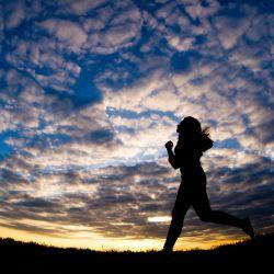 Salir a correr a la última hora de la tarde en invierno ya significa sumergirse en la penumbra. Foto: Christoph Schmidt/dpa