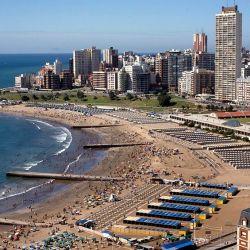 Imagen de Mar del Plata en su esplendor. Hay empezaron a reservarse carpas para el próximo verano con el plan Pre Viaje.