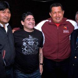 Maradona posa junto a Evo Morales y Hugo Chávez.  // Cedoc Perfil