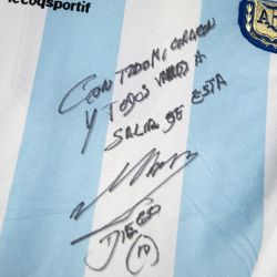 La camiseta de la Selección argentina con un mensaje y la firma de Diego Maradona.  // Cedoc Perfil