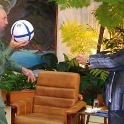 Maradona juega al fútbol con Fidel Castro.  // Cedoc Perfil