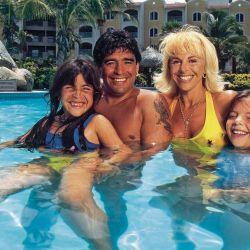 Otra foto familiar de Diego. Maradona con su ex esposa e hijas en modo relax.  // Cedoc Perfil
