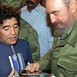 Diego Maradona junto a Fidel Castro. El ex futbolista viajaba seguido a Cuba y tenía una amistad con el comandante.  // Cedoc Perfil