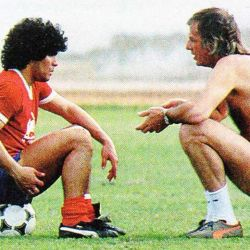 Maradona y Menotti, en una de sus tantas charlas futboleras.  // Cedoc Perfil