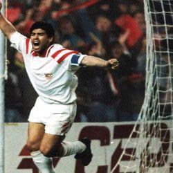 Maradona celebra un gol con la camiseta del Sevilla, en España.  // Cedoc Perfil