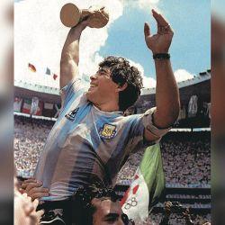 En lo más alto del mundo. Maradona en andas con la Copa en el Mundial de México.  // Cedoc Perfil