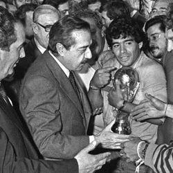 Maradona con la Copa del Mundo de visita a la casa de Gobierno y recibido por el presidente Raúl Alfonsín.  // Cedoc Perfil