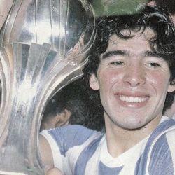 Un sonriente y juvenil Maradona con la copa del Mundial Sub 20 en Japón.  // Cedoc Perfil