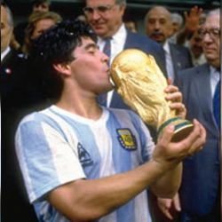 Maradona besa la copa del mundo que ganó la Selección en México 1986.  // Cedoc Perfil
