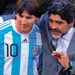 Maradona le da los últimos detalles a Messi antes de salir a la cancha.  // Cedoc Perfil