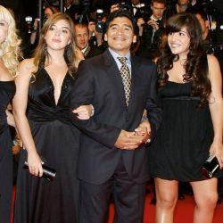 Diego Maradona junto a Claudia Villafañe y sus dos hijas: Dalma y Giannina.  // Cedoc Perfil
