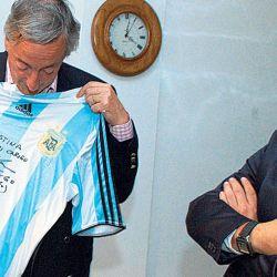 El día que Maradona le regaló una camiseta firmada a Néstor Kirchner.  // Cedoc Perfil