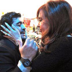 Cristina Fernández de Kirchner le agarra la cara a Maradona, mostrando su admiración por Diego.  // Cedoc Perfil