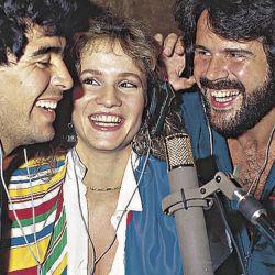 Diego Maradona canta con el dúo Pimpinela. // Cedoc Perfil