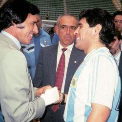 Años 90. Maradona estrecha su mano con el ex presidente Carlos Saúl Menem. // Cedoc Perfil