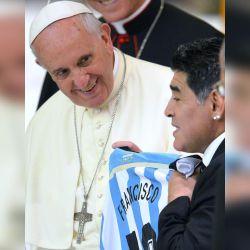 Diego Maradona fue de visita al Vaticano y le regaló una camiseta argentina al Papa Francisco. // Cedoc Perfil