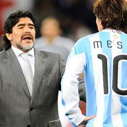 Diego Maradona le da indicaciones a Lionel Messi en el Mundial de Sudáfrica 2010. // Cedoc Perfil