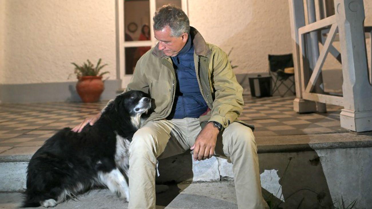 Luis Etchevehere y su perro, en la estancia Casa Nueva, poco después de cumplido el desalojo de los seguidores de Juan Grabois.