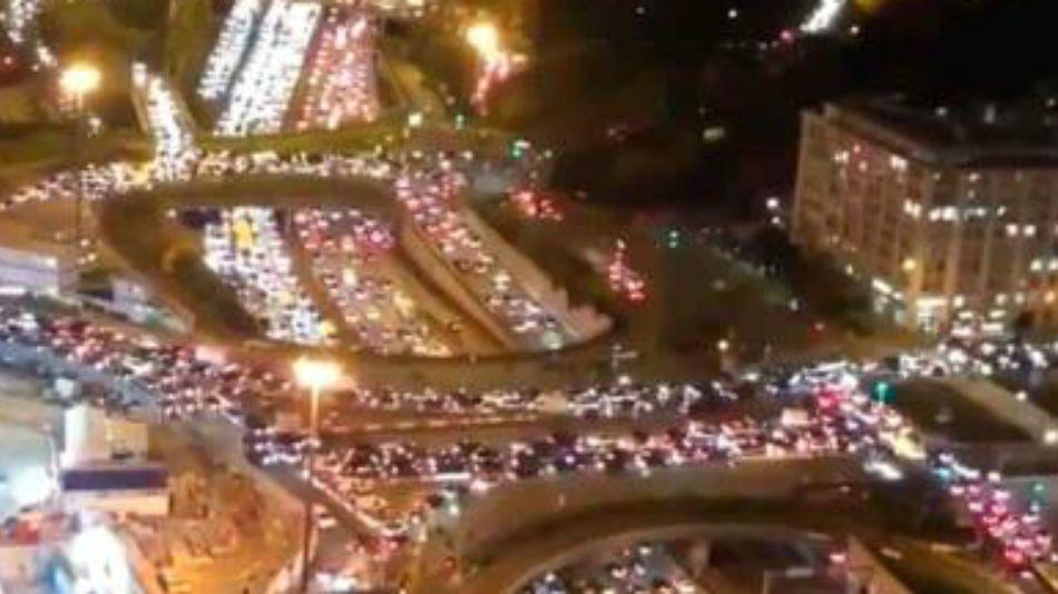 Miles de automóviles se apiñaban este jueves 29 de octubre para escapar de París antes del inicio de la nueva cuarentena.
