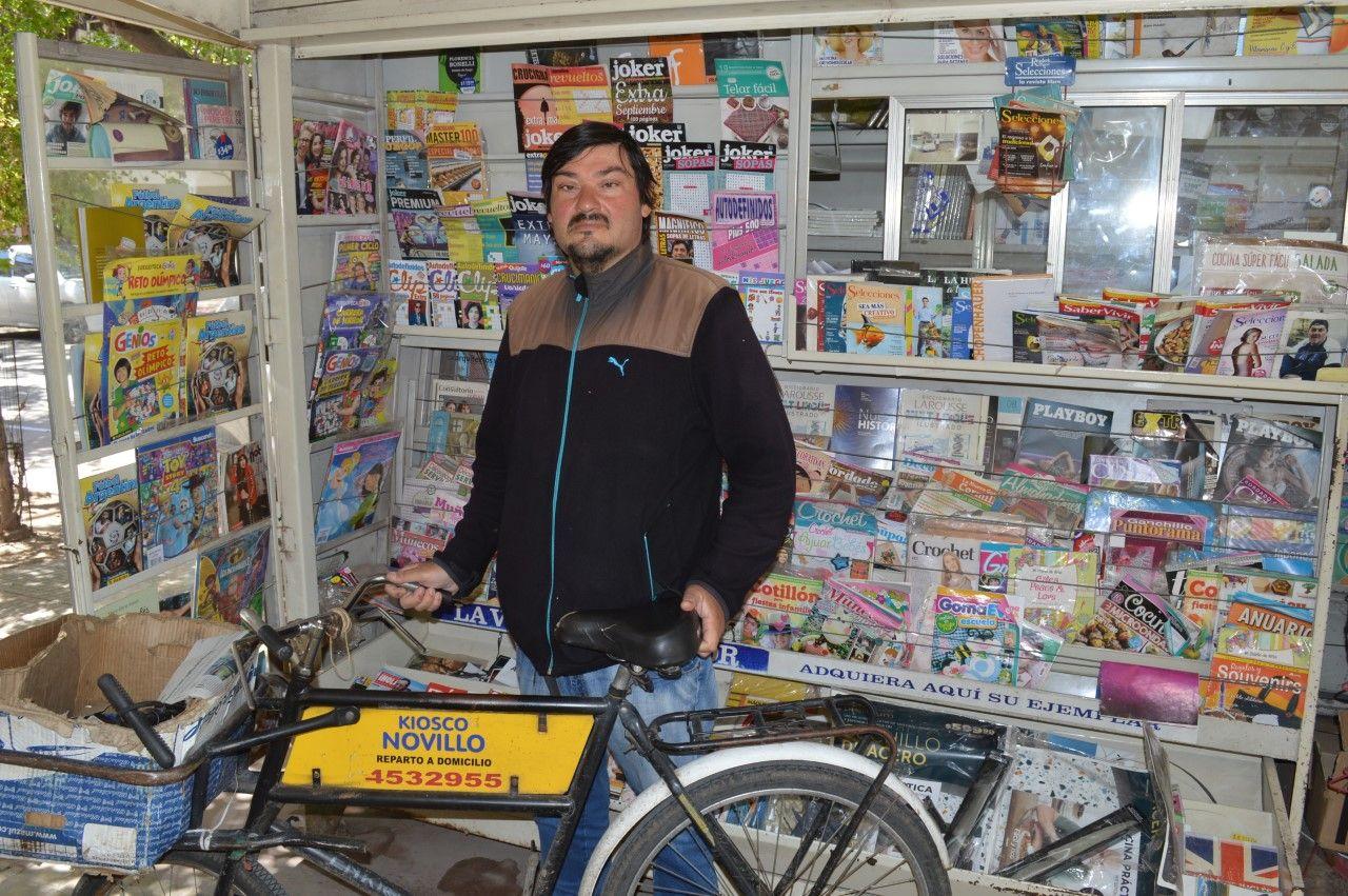 """Tercera generación. """"Ser diariero es parte de mi vida"""", afirma José Novillo. El 7 de noviembre se celebra el Día del Canillita."""
