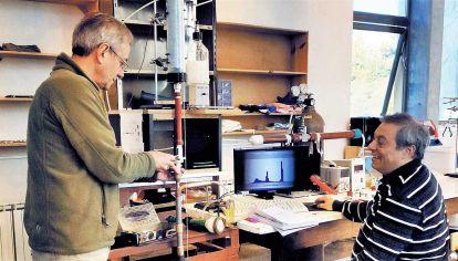Pruebas. Marcelo Giménez y Marcelo Caputo, de la CNEA, trabajan en un laboratorio de Bariloche.