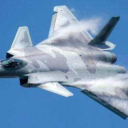 En las imágenes podemos ver a los J-20 lanzando docenas de bengalas.