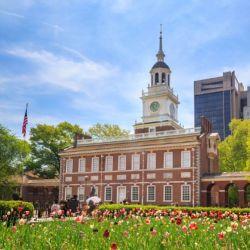 En la ciudad de Filadelfia podemos conocer los orígenes del país al recorrer el Parque Histórico Nacional de la Independencia y el Salón de la Independencia, donde se firmaron la Declaración de Independencia y la Constitución de los Estados Unidos.