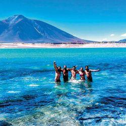 Laguna Verde a 4.300 metros de altura con el cerro homónimo atrás.