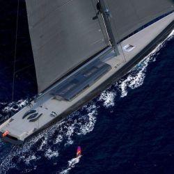 El yate de un solo mástil ha sido diseñado y desarrollado teniendo en cuenta los desafíos de la navegación en el mundo actual.