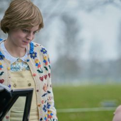 Una joven Lady Di (Emma Corrin), asediada por Carlos (Josh O'Connor)