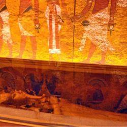 La cámara sepulcral estaba recubierta de oro, que se introdujo desmontada y que contenía otras tres encajadas en su interior.
