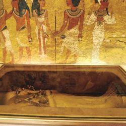 El rostro de Tutankamón estaba cubierto con una máscara de oro con incrustaciones de cornalina, lapislázuli y de otras piedras preciosas.