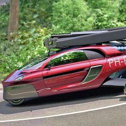 El auto tiene capacidad para dos personas, 230 HP y un motor de 4 cilindros.