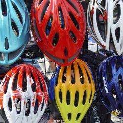 Uno de los materiales fundamentales en un casco es el poliestireno expandido, una especie de corcho compactado que conforma la estructura interna del casco.