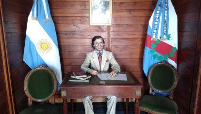Estatua de Carlos Menem en Anillaco, una creación de Fernando Pugliese.