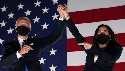 Joe Biden y Kamala Harris saludan en Wilmington, Delaware, al concluir la convención demócrata.