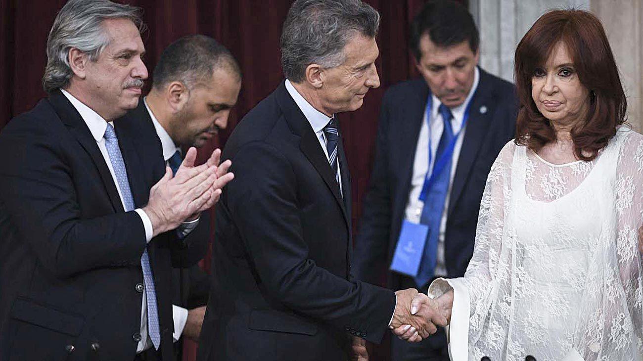 Grieta I. Imagen icónica del día de la transmisión de mando de Mauricio Macri a Alberto Fernández, con CFK como protagonista clave.