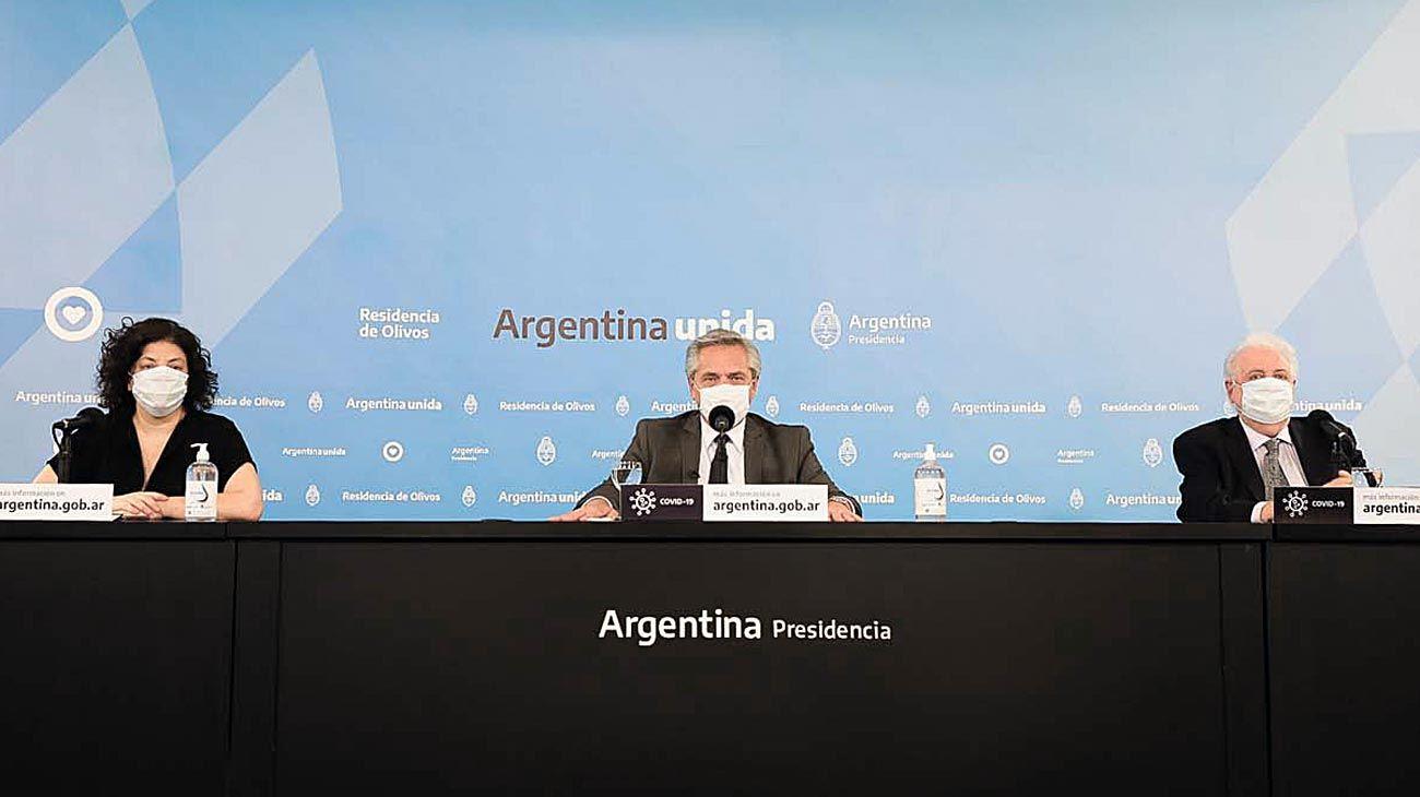 """Anuncio del DISPO. Alberto F, con Carla Vizzotti y Ginés González García, en """"la semana de la vacuna""""."""