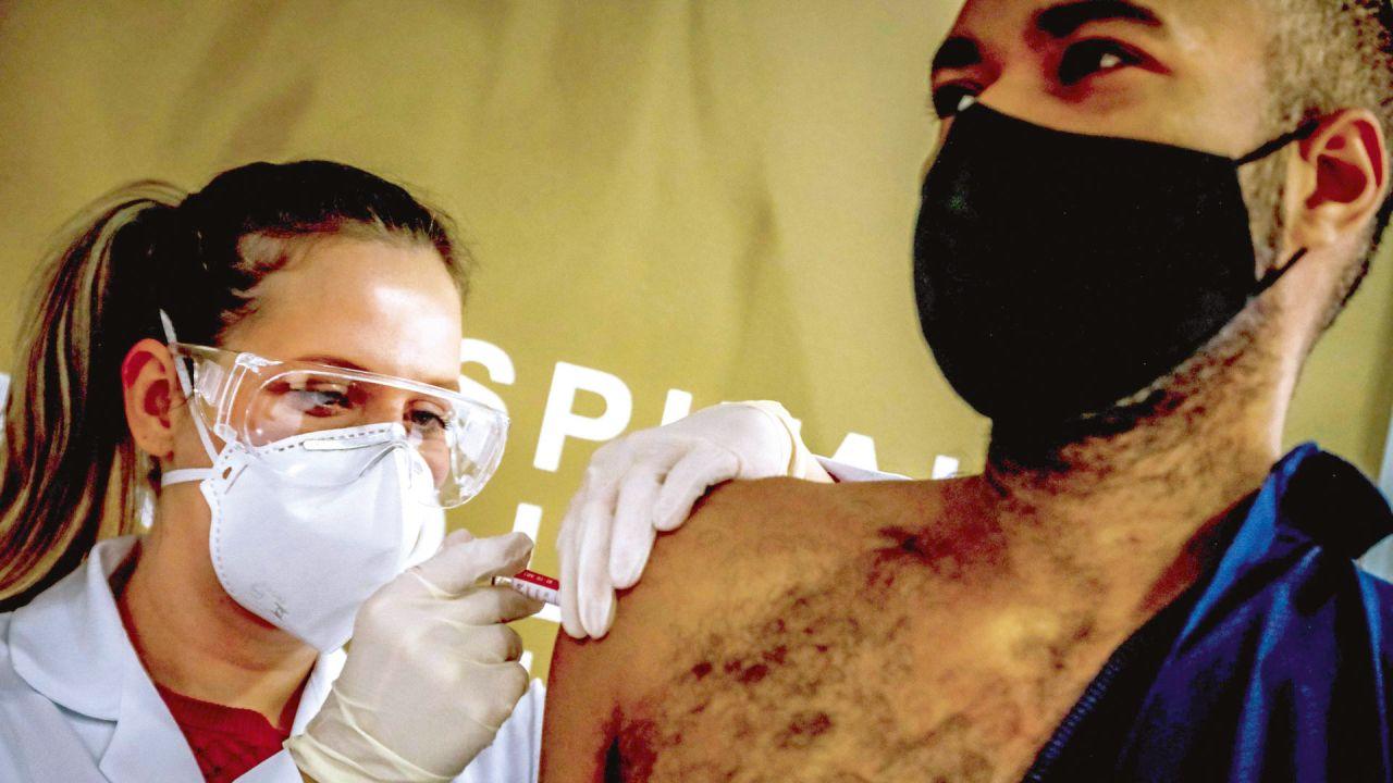 Testeo vacunas contra el coronavirus pandémico   Foto:AFP