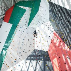 En el centro del edificio se encuentra el dicho túnel de viento, mientras que a su alrededor se ha montado un enorme muro de escalada interior.