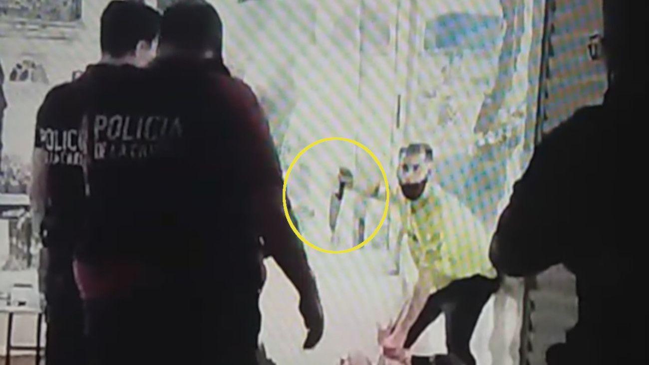 El agresor amenaza con una cuchilla a una de sus víctimas.