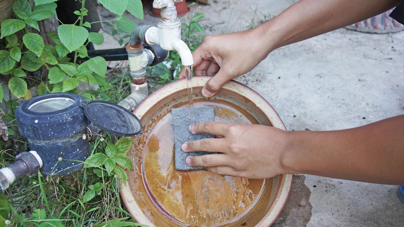 Recomiendan limpiar bien las rejillas y tirar agua caliente alrededor de las paredes para eliminar los criaderos en las casas.