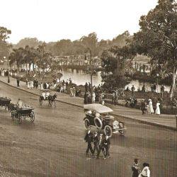 Los lujosos coches nacionales e importados que recorrían sus calles se mezclaban con los carromatos gitanos que ofrecían distintos espectáculos al aire libre.
