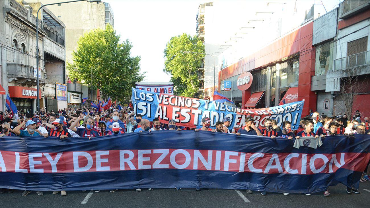 Miles de hinchas por las calles de Boedo para pedir la Ley de Rezonificación / PABLO CUARTEROLO