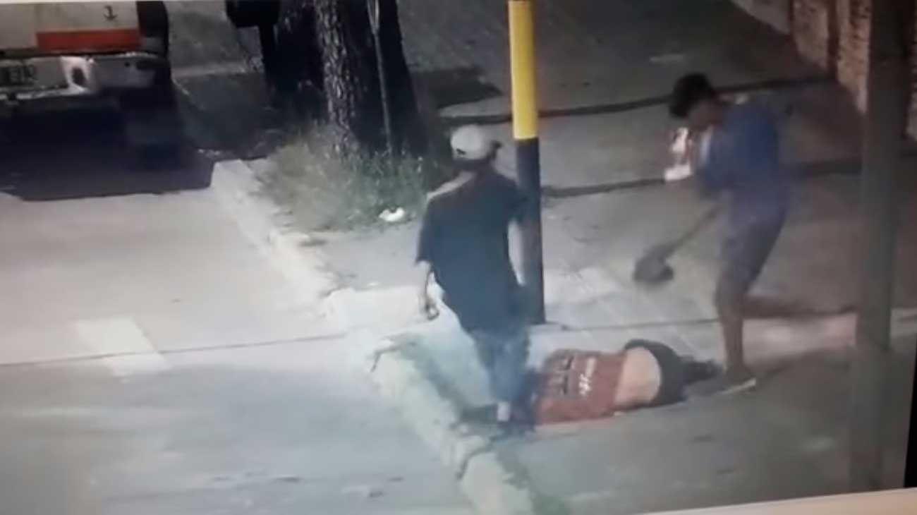 El salvaje ataque quedó registrado en las cámaras de seguridad y se viralizaron.