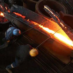 Los empleados trabajan en la planta de fundición de ferrocromo de Elbasan, al este de la capital, Tirana.   Foto:Gent Shkullaku / AFP