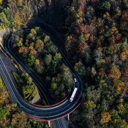 Esta vista aérea muestra una carretera y árboles de colores otoñales cerca del lago Hengsteysee en Hagen, Alemania occidental.   Foto:Ina Fassbender / AFP